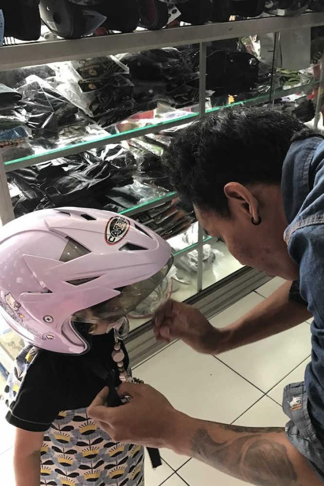 Leni beim Helm kaufen