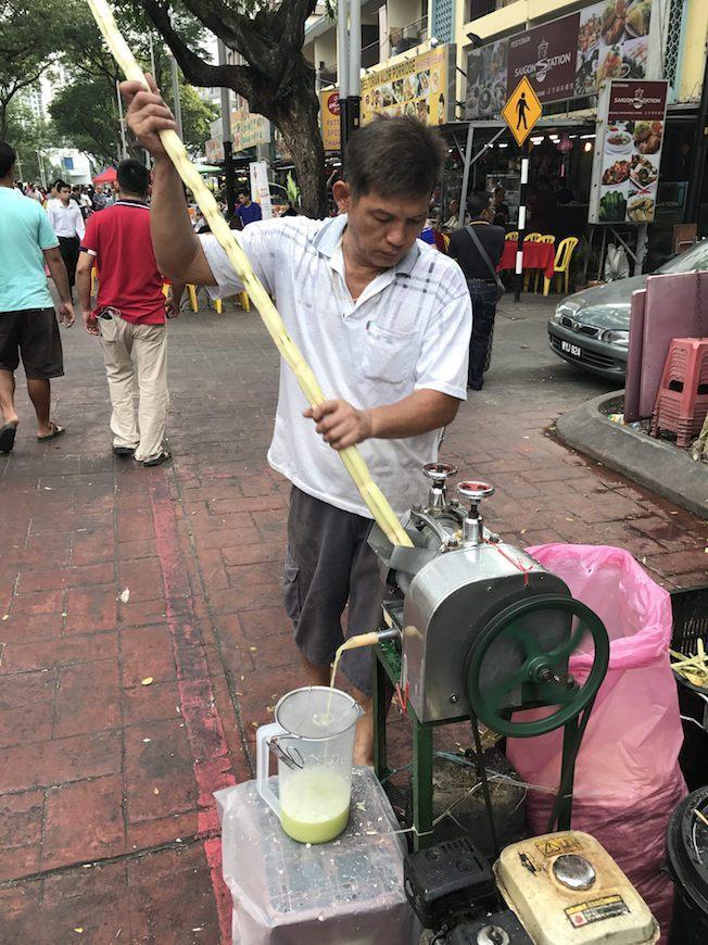 Zuckerrohrpresse auf einem Markt in Kuala Lumpur